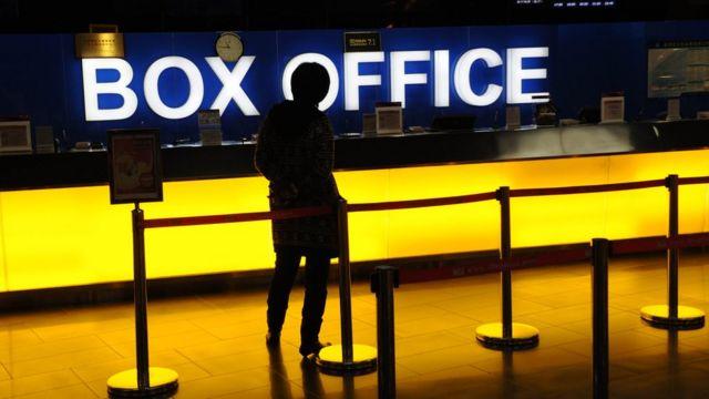 Una mujer hace cola en un cine en Pekín.