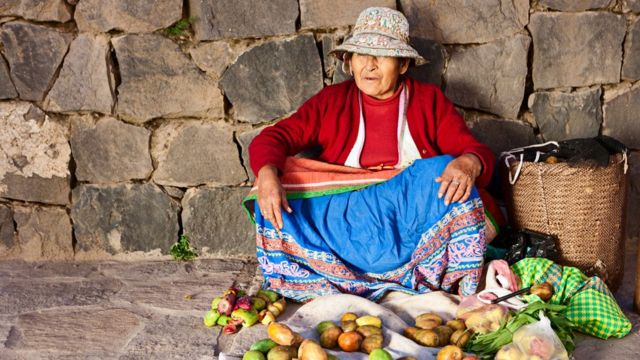 Mujer vendiendo en la calle