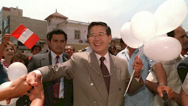 Un sonriente Alberto Fujimori, el entonces presidente, saluda a los ciudadanos en 1992.