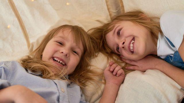 Irmãs sorrindo