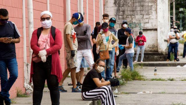 Ecuatorianos en fila