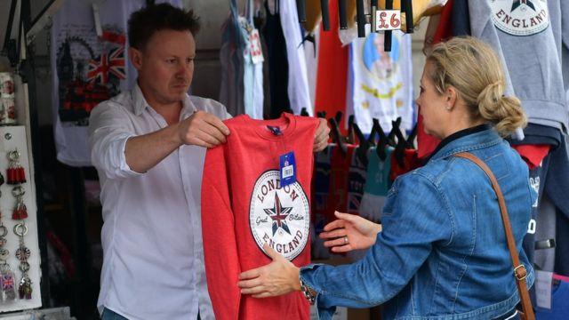 Vendedor callejero de camisetas con el logo de Londres