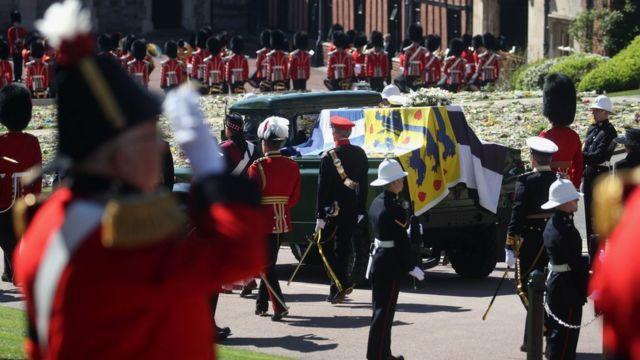 O carro funerário projetado pelo duque segue em direção à Capela de São Jorge durante uma procissão no Castelo de Windsor
