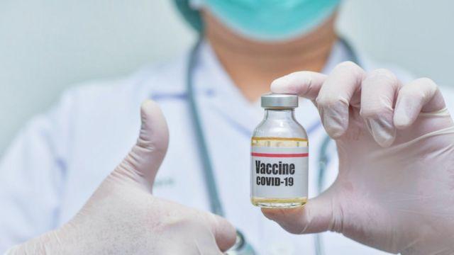 Personal de salud con una ampolla de la vacuna contra el covid-19