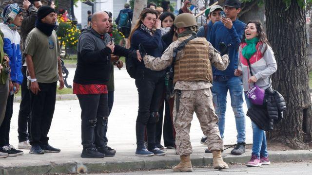 Un soldado discute con un grupo de chilenos en Valparaíso