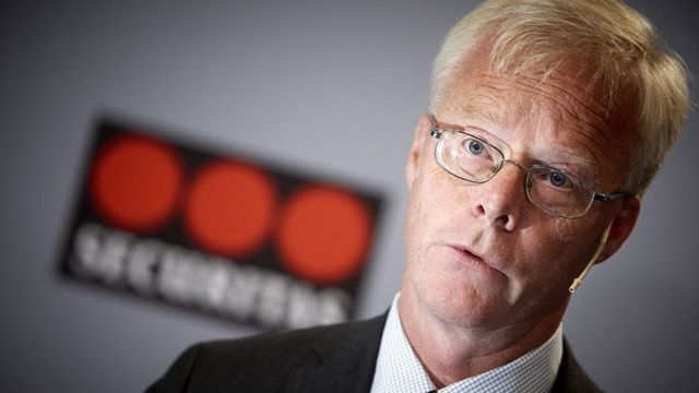 Alf Göransson tras un logo de Securitas.