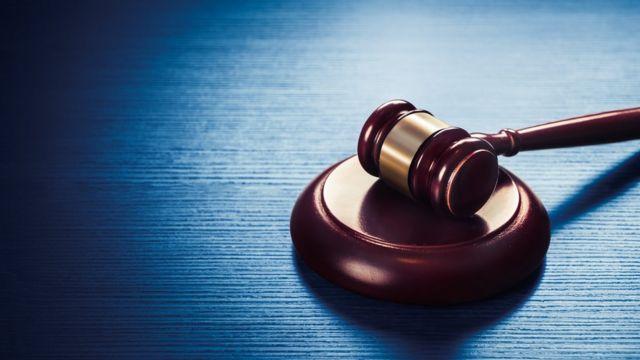 Martelo simbolizando o Judiciário sobre mesa