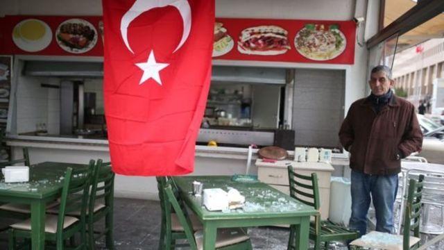 آثار التدمير في مقهى بعد تفجير إزمير الأخير