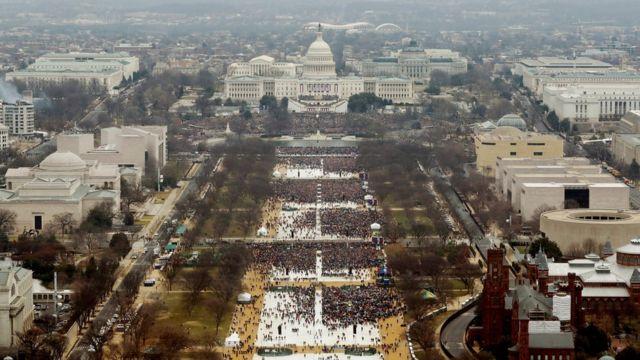 Foto aérea de los asistentes a la inauguración de Trump en enero de 2017.