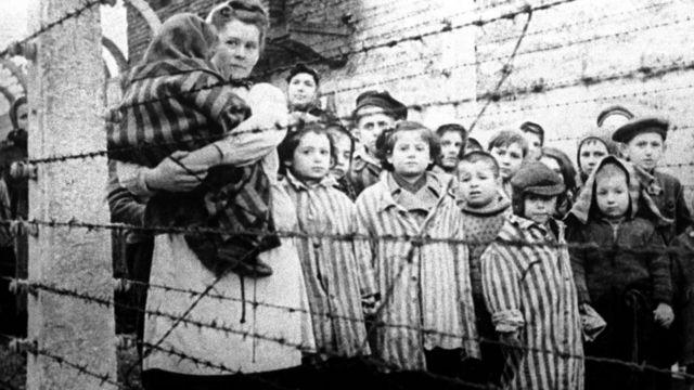 Niños y una mujer encerrados en Auschwitz, el día de su liberación el 27 de enero de 1945
