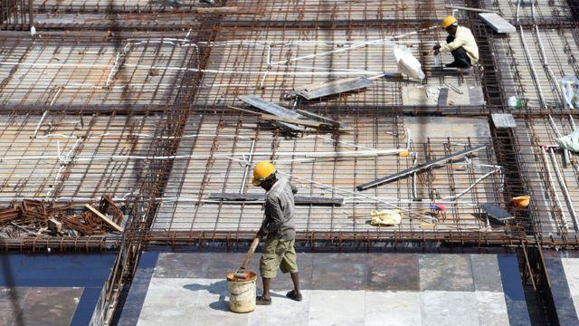 Obreros construyen un edificio