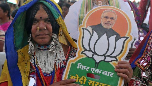 Başbakan Narendra Modi'nin resmini taşıyan Hindistanlı kadın