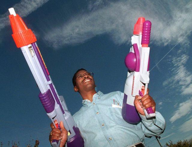 Lonnie Johnson con dos pistolas de agua