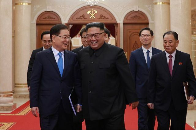 대북 특별사절단 단장인 정의용 국가안보실장이 5일 북한 노동당 본부청사에서 북한 김정은 국무위원장과 대화를 나누며 웃음짓고 있다