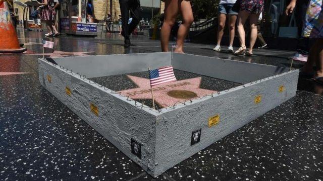 Muro en miniatura de la estrella de Trump en Hollywood.
