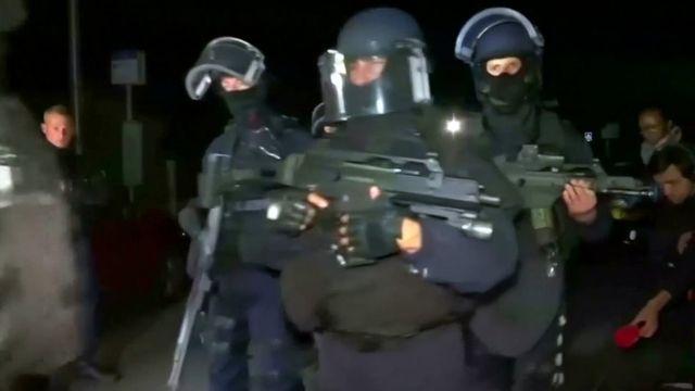 パリ郊外マニャンビルの事件現場に到着した国家警察特別介入部隊(RAID)