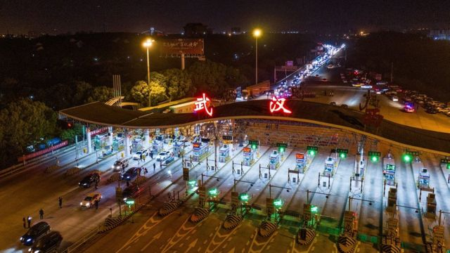 Serviços de transporte sendo retomados em Wuhan