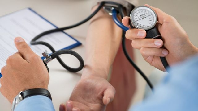 Cardiólogo toma la presión arterial