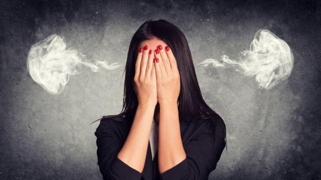 Mujer echando humo por las orejas