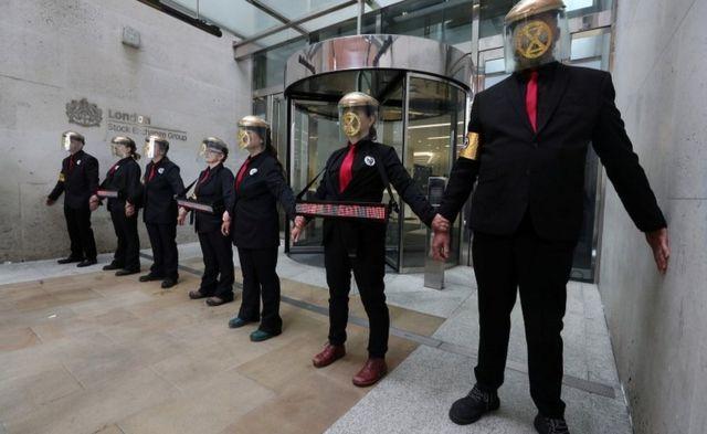 Extinction Rebellion: Climate activists block London Stock Exchange