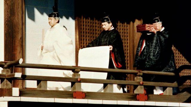 สมเด็จพระจักรพรรดิอากิฮิโตะ ทรงถือคทา 'ชาขุ'