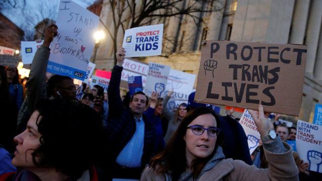 Yaklaşık 200 kişi Beyaz Saray önünde Trump yönetiminin bu adımını protesto etti