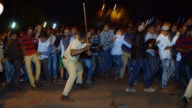 الشرطة تتصدى للحشود