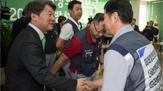지난해 9월 한국GM 노조원들과 인사 나누는 안철수 국민의당 전 대표