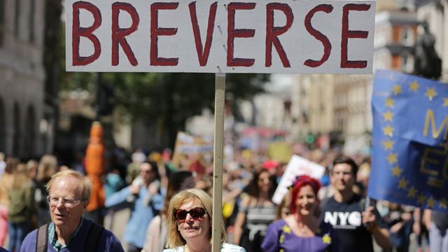 Personas protestando en Londres con un cartel que pide revocar el resultado del Brexit