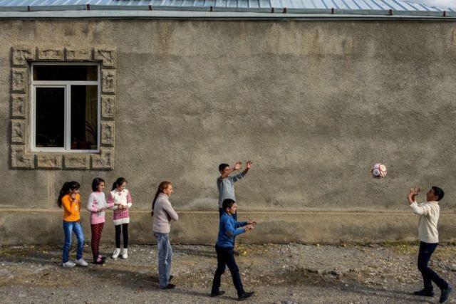 Дети играют в Армении