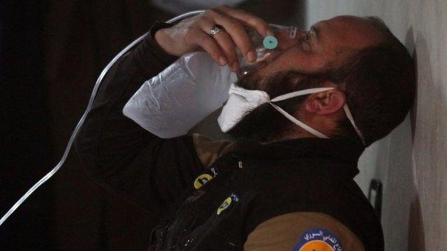 Homem respira com ajuda de máscara após ataque em Khan Sheikhoun