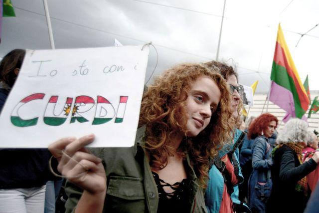 آلاف الأشخاص يشاركون في مسيرة ضد الحرب التركية على مناطق الأكراد في سوريا. نوفمبر/تشرين الثاني 2019 (روما - إيطاليا).