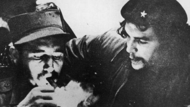 ฟิเดล คาสโตร (ซ้าย) และเช เกวารา (ขวา) แพทย์ชาวอาร์เจนตินาที่เข้าร่วมต่อสู้ในการปฏิวัติคิวบา