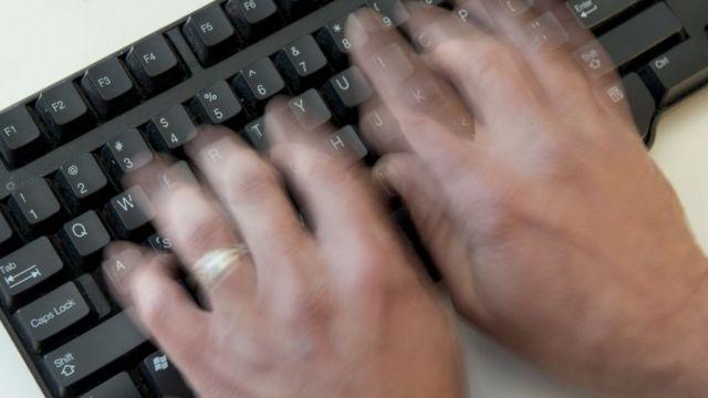 Una persona tipeando en un teclado.