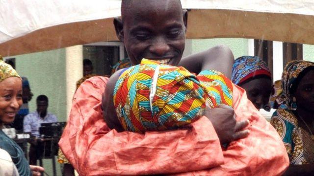 Abakobwa bahawe ikaze n'abavandimwe babao mu muhango wabereye i Abuja