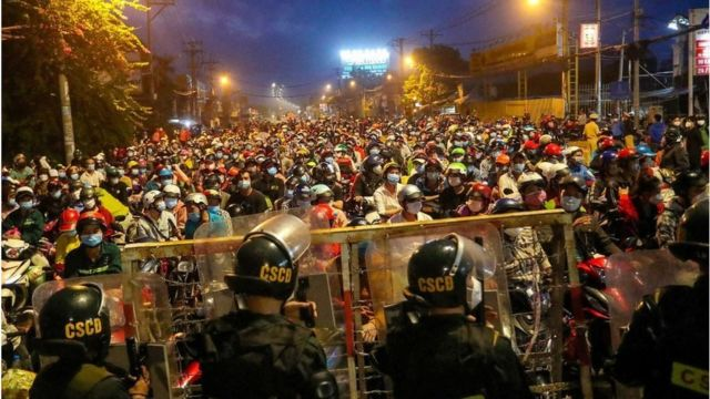 Người dân đổ về cửa ngõ để tìm đường về quê rạng sớm 1/10 tại TP HCM