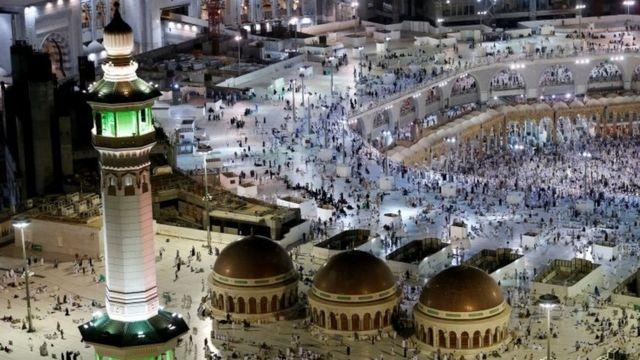 Les pélerins doivent suivre les traces du Prophète Mahomet qui fit son premier pélerinage en l'an 628 après J-C suivi par 1 400 fidèles.