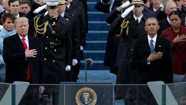 国歌が歌われる間の新旧大統領夫妻