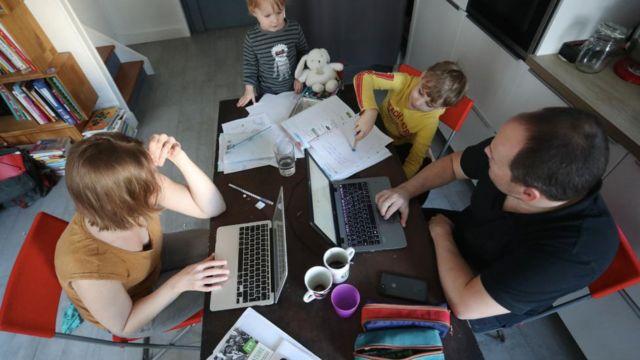Familia trabajando desde casa.