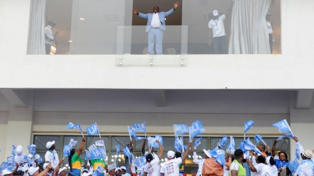 Le président sortant gabonais Ali Bongo Ondimba salue ses partisans lors du rassemblement pour l'ouverture de la campagne électorale à Libreville le 13 août 2016