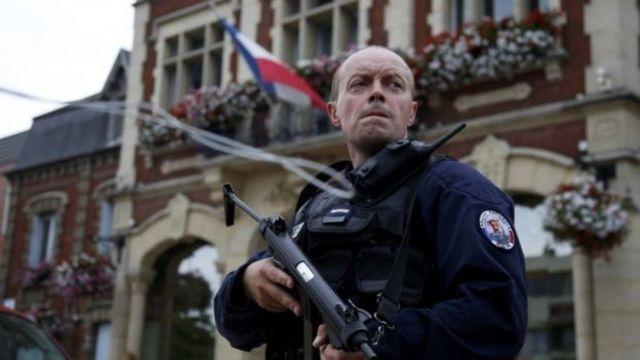 EI reivindicou mais um atentado na França, cometido por dois homens em uma igreja católica em Saint-Etienne-du-Rouvray