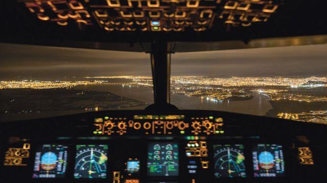 Las luces de una ciudad vista desde la cabina del avión que vuela Santiago Borja