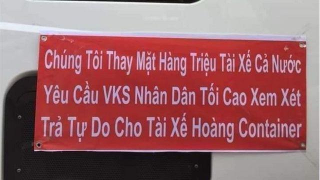 Không chỉ bà Phương mà nhiều tái xế trên cả nước cũng treo băng rôn phản đối bản án đối với lái xe Lê Ngọc Hoàng