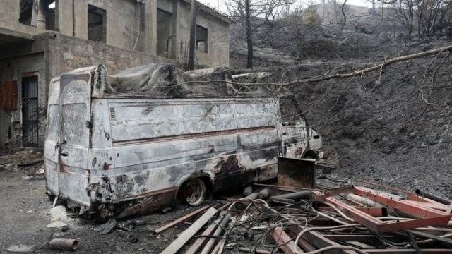 Larnaka'da yangının tahrip ettiği bir ev ve araç