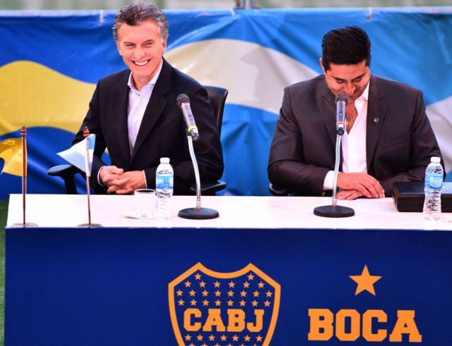 Mauricio Macri es homenajeado por Boca Juniors en 2015.