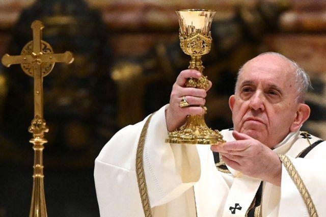 پاپ در موعظههایش گفت که کریسمس زمانی نیست که برای خودمان متاسف باشیم - بلکه زمانی برای آرام کردن دیگران است