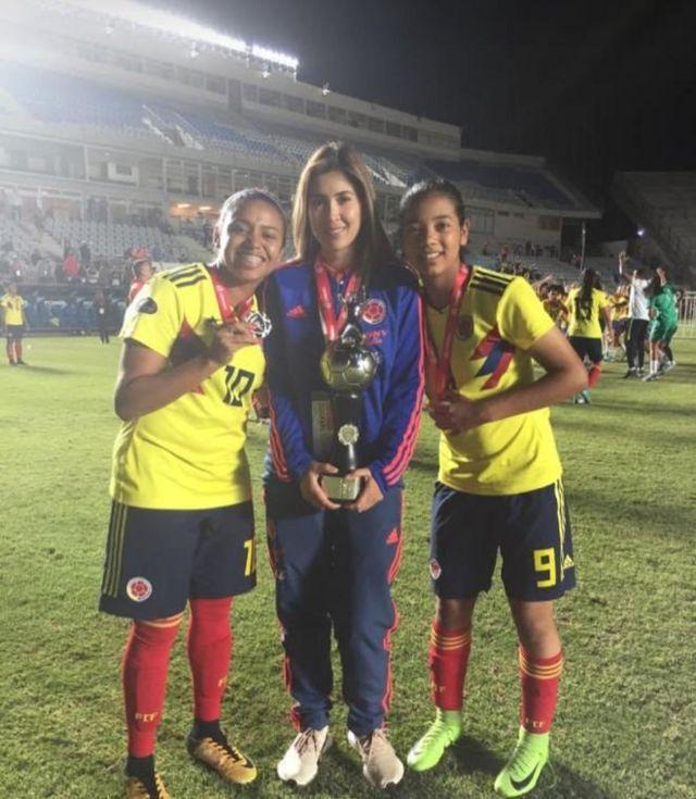 Carolina Rozo junto a dos jugadoras de la selección colombiana.