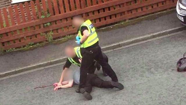 警察が犯人とみられる男を取り押さえた