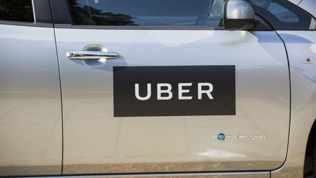 سيارة تحمل علامة شركة أوبر