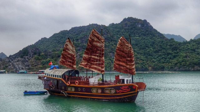 Navio chinês no mar, com serra atrás